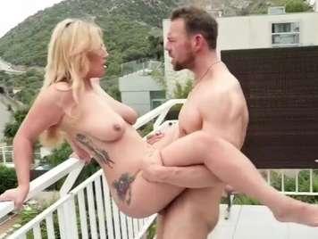 Tatuada cachonda folla al aire libre con su novio