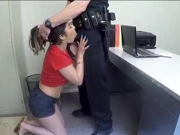 Policia se la mete en la boca a una detenida
