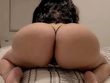 Latina Schlampe mit großem Arsch und großen Silikontitten