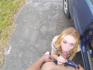 Mangiare cazzo dietro la macchina
