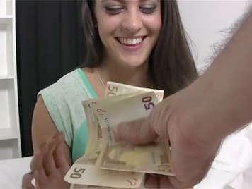 Camarera española follapor dinero