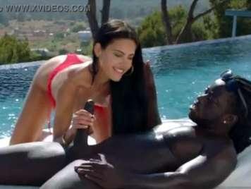 Sex im Pool mit einem riesigen schwarzen Schwanz
