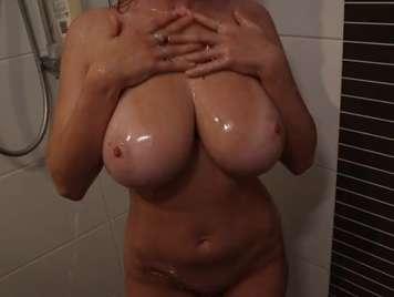 Nizza e grandi tette giganti sotto la doccia