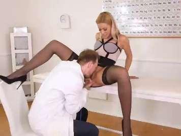 Doctor le lame la concha a su paciente y la deja mojada