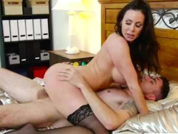 Große Brüste Mom fickt jungen Freund ihres Sohnes