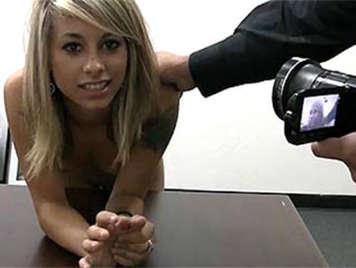 Casting mit blonden Mädchen