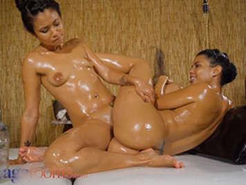 Le ragazze latine bagnate d'olio Canela Skin e Jade Presley fanno sesso lesbo sensuale