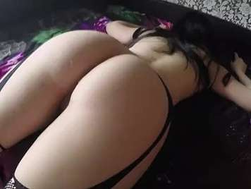 godendo di una bruna con big ass in lingerie