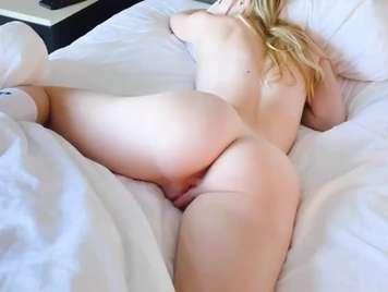 sinnliche Spiele im Bett mit einer schönen Blondine