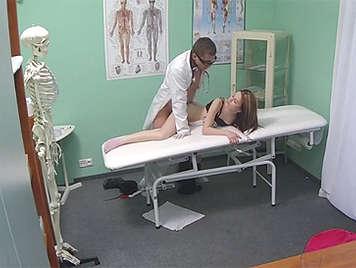 El doctor examina a los pacientes hermosos coño y le receta un creampie