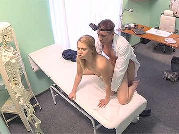 Inocente rubia consigue el masaje del médico