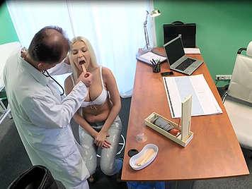 Tetona cachonda recibe un creampie del médico