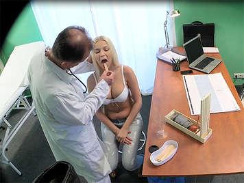 Geile vollbusige bekommt ein Creampie vom Arzt