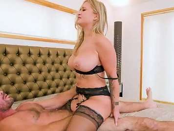 Madura con culazo en lencería erótica