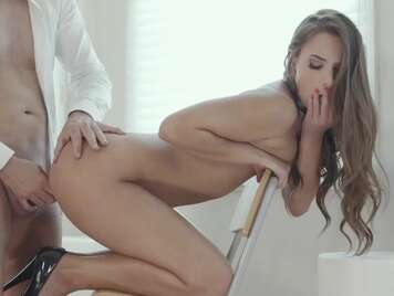 Primer anal a chica delgada en una silla