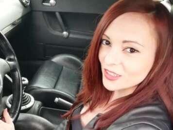 Spanisches Mädchen saugt den Schwanz im Auto