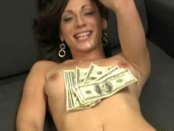 Junges Mädchen fickt vor einem Freund für Geld