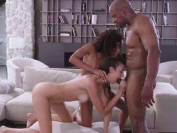 Trio interrazziale con due giovani ragazze brunetta