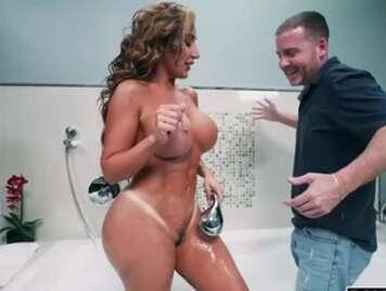Maturo con un corpo scopa nella vasca da bagno