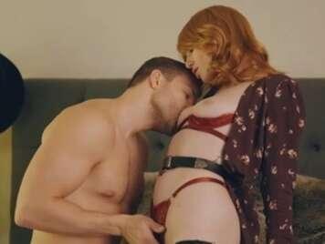 La rossa sensuale seduce il suo ragazzo con la lingerie