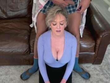 La tettona matura riceve scopata anale