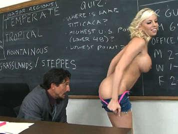 Bionda insegnante scopa studente