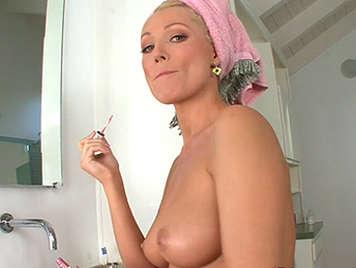 Diana Doll en la ducha