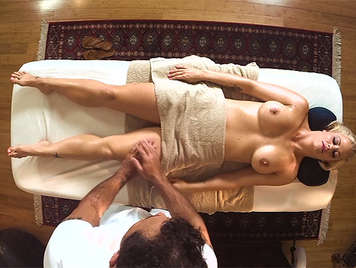 Rubia madurita con grandes tetas le hacen un masaje metiendole la polla por el coño
