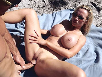 Nikki Benz follando en la playa