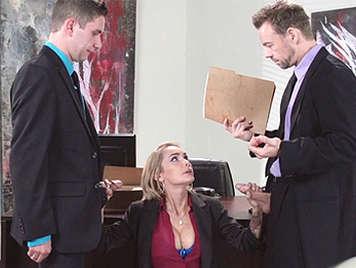 La secretaria Devon, atenta y obediente