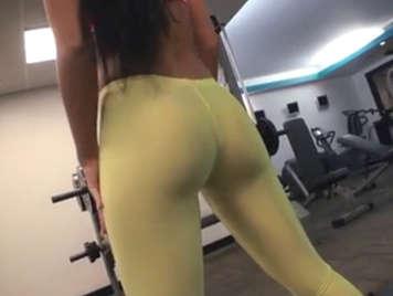 Morena de culo espectacular en el gimnasio