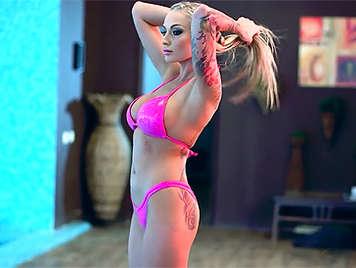 Rubia en bikini se folla al socorrista de la piscina