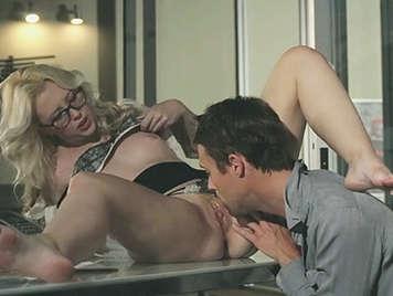 Secretaria ribiaa con un hermoso culo y con gafas follando con el jefe