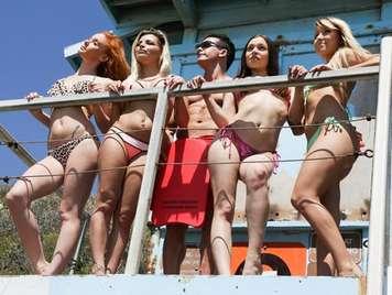 Orgia entre jovencitas en bikini y vigilante de la playa