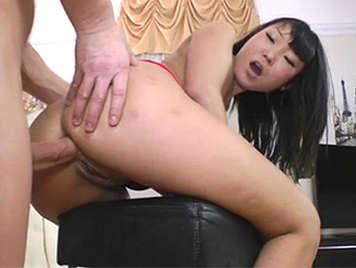 Asiática morena disfruta del sexo anal