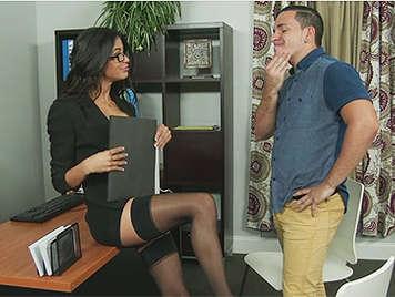 Secretaria obliga a un subordinado a follarla encima de su mesa