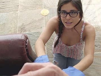 Jovencita con gafitas ofrece sexo para que la perdonen