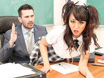 Colegiala asiática se folla a su profesor