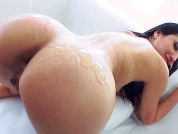 Latina guarra en vídeo de aceite y sexo anal