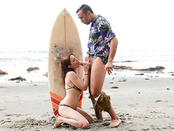Sexo en la playa con surfera pelirroja