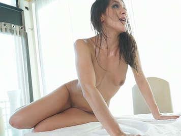 sexy spagnola strofinato e scopata sul divano m