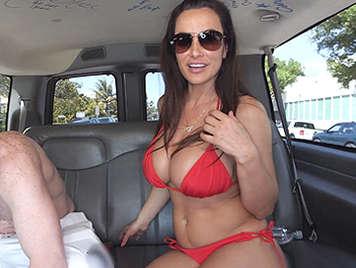 Increíble madurita en bikini folla con desconocidos en una furgoneta