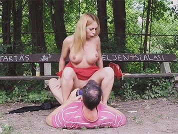 Rubia tetona decide practicar sexo en un parque público