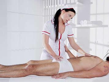 Enfermera morena lasciva quiere follarse a su paciente