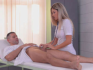 Sexo anal profundo con una enfermera de cuerpo creado para el placer que se llena las manos de una espesa corrida de semen