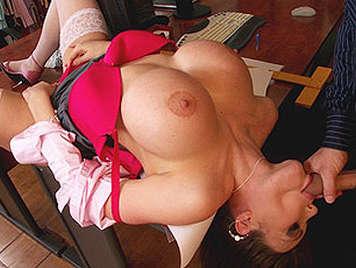 Sexo anal con una estupenda secretaria tetona chupa mi polla en la mesa corriendose entre unas grandes tetas