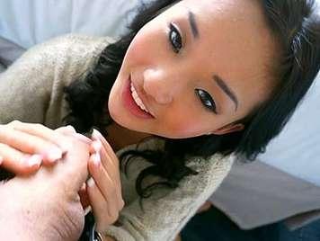 Niña Asiatica de 18 años mamando polla y haciendo una paja con los pies