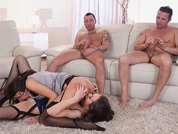 Cuarteto con dos amigas lesbianas muy guarras