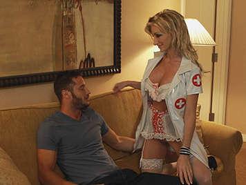 Rubia tetona se disfraza de enfermera para satisfacer su fantasía