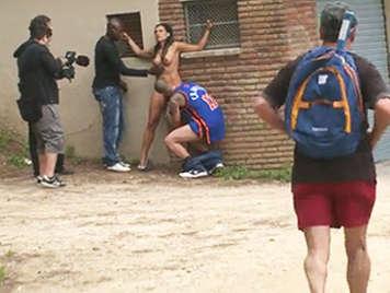 Grabando un vídeo porno de sexo duro en público  la calle